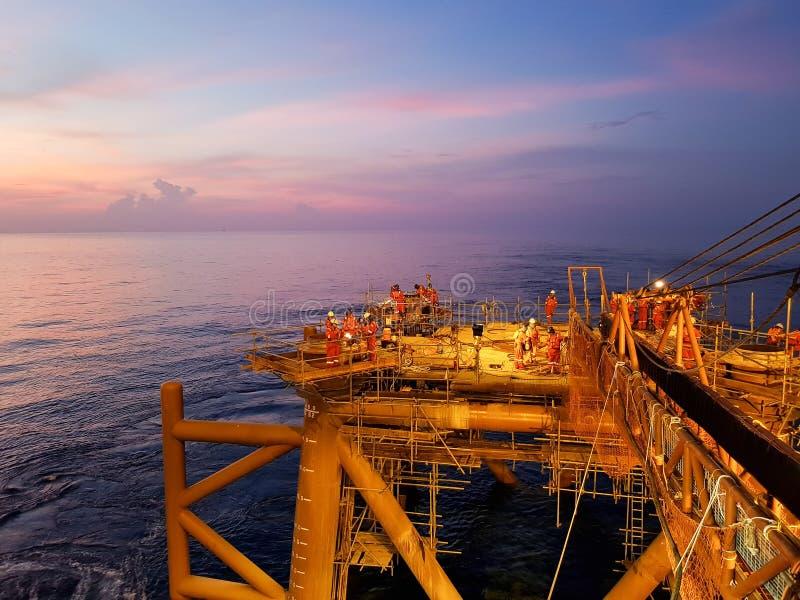 Un altro giorno nel giacimento di petrolio fotografia stock libera da diritti