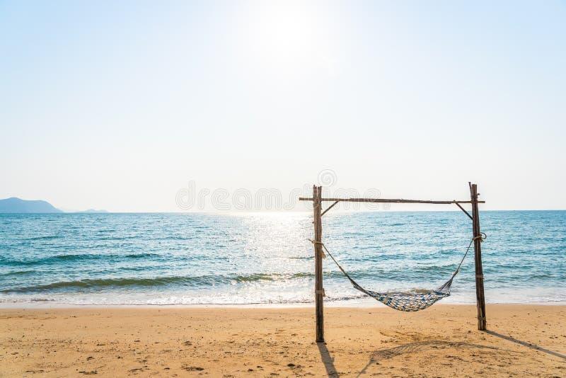 Un'amaca vuota che alza sulla bella spiaggia e mare fotografia stock libera da diritti