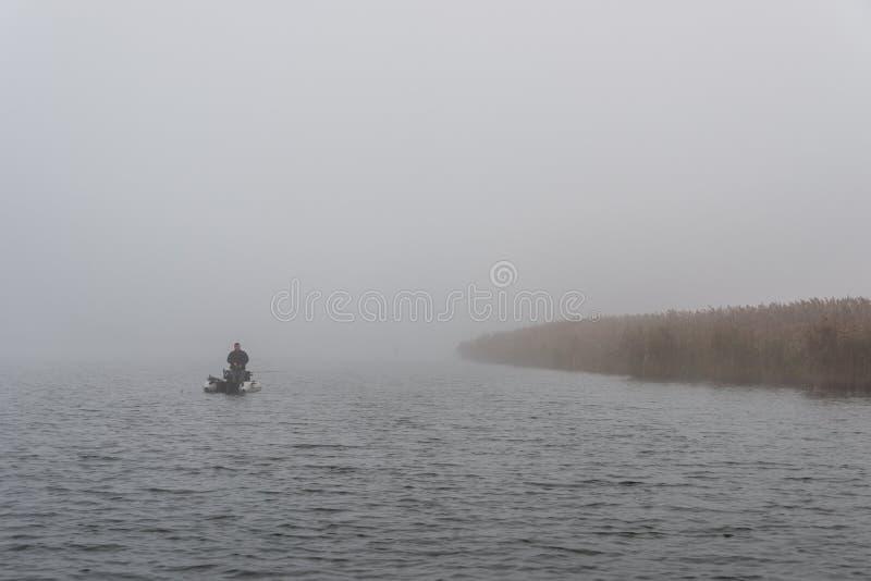Un amanecer brumoso sobre el río imagen de archivo