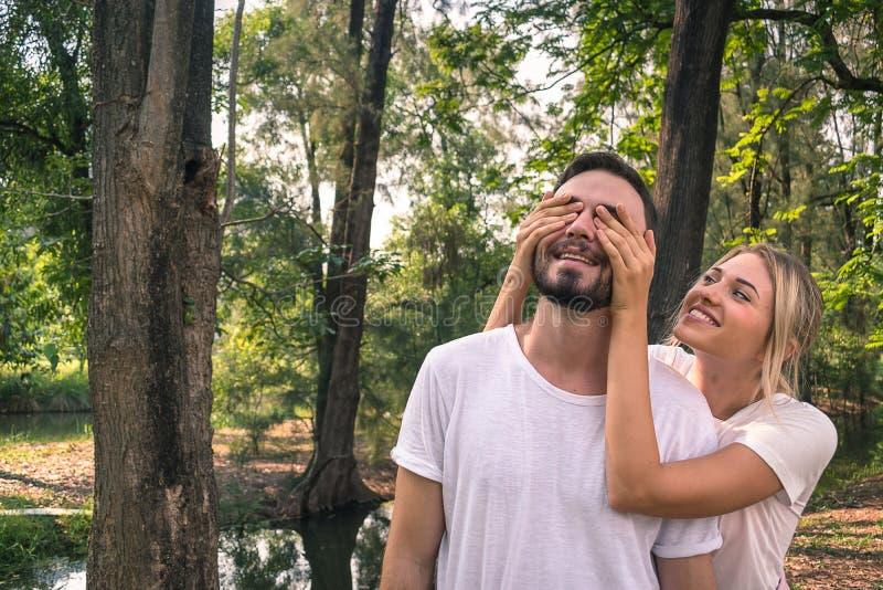 Un amante sta avendo una sorpresa nel giorno del valentines' immagine stock libera da diritti