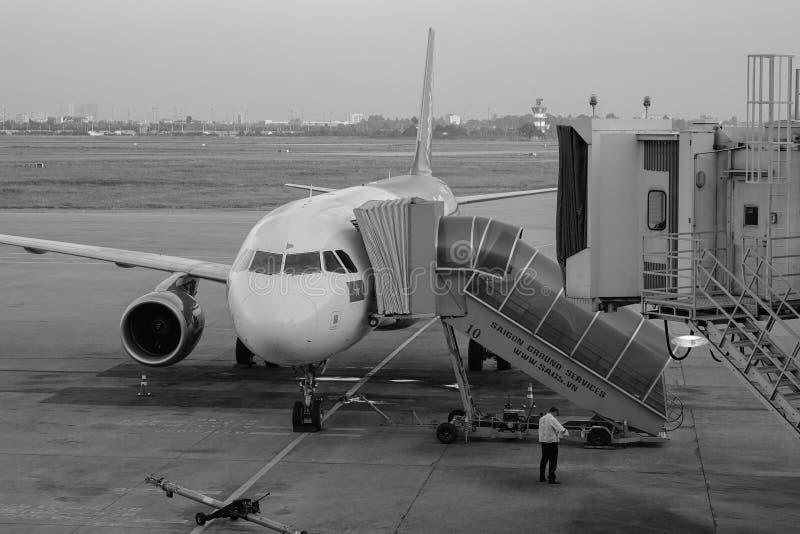 Un amarrage civil d'avion à l'aéroport en Noi Bai, Vietnam photos stock