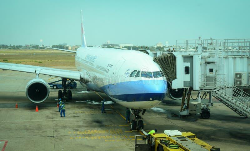 Un amarrage d'avion à l'aéroport à Hanoï, Vietnam images libres de droits