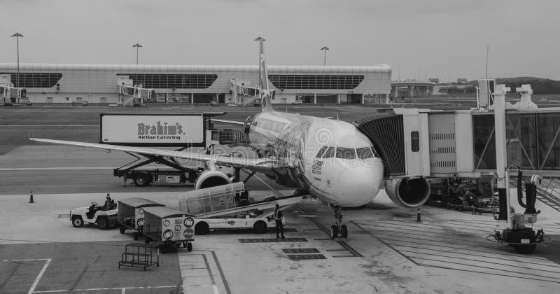 Un amarrage d'avion à l'aéroport dans Bali, Indonésie image stock