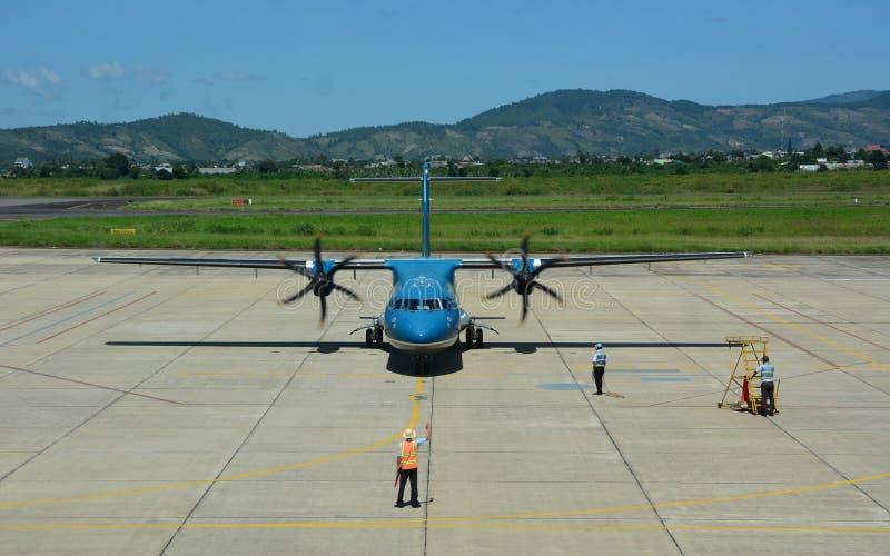 Un amarrage d'avion à l'aéroport dans Dalat, Vietnam images stock