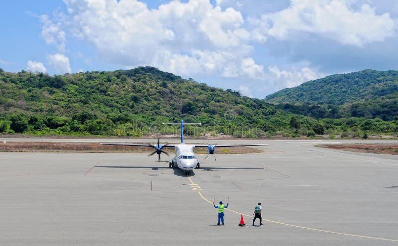 Un amarrage d'avion à l'aéroport dans Nha Trang, Vietnam photographie stock