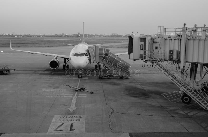 Un amarrage d'avion à l'aéroport de Tan Son Nhat dans Saigon, Vietnam photo stock