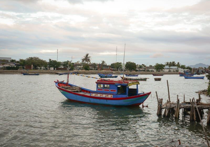 Un amarrage de bateau de pêche à la jetée de Vinh Hai en Khanh Hoa, Vietnam images libres de droits