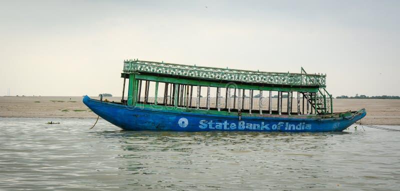 Un amarrage de bateau de touristes sur le Gange à Varanasi, Inde image stock