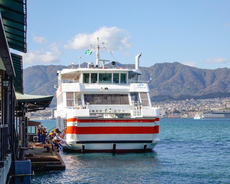 Un amarrage de ferry à la jetée à Hiroshima, Japon images stock