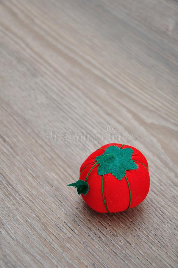 Un amortiguador del perno formado como tomate rojo fotos de archivo