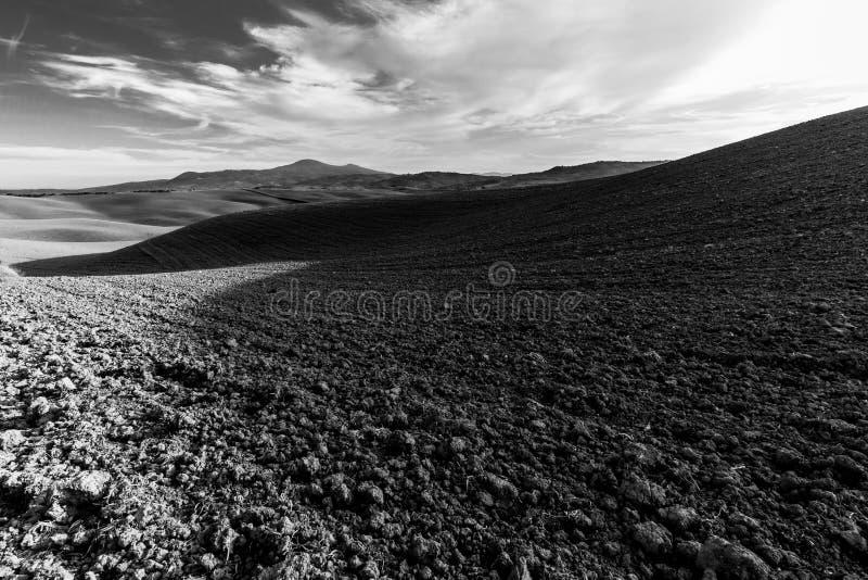 Un ampio campo coltivato nelle colline della Toscana fotografie stock