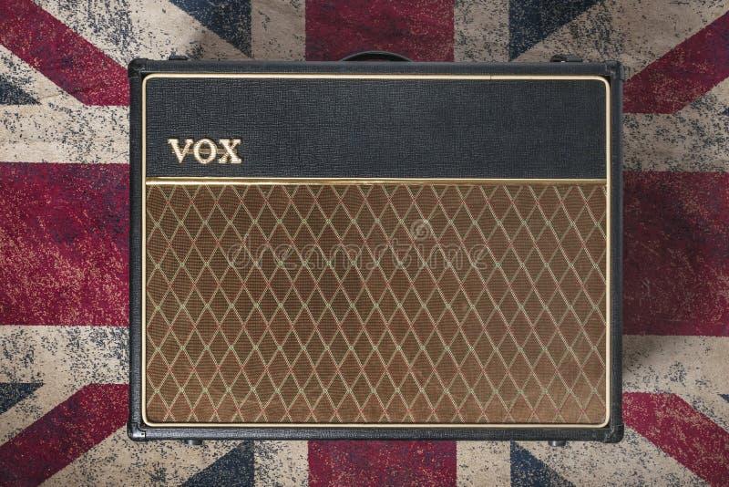 Un amplificateur vocal ac30 sur un tapis avec drapeau Union Jack. Les amplificateurs vocaux sont les plus utilisés par les guitar photographie stock libre de droits