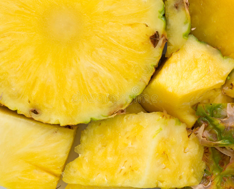 Un ananas frais sur une vue de fin de planche à découper image libre de droits