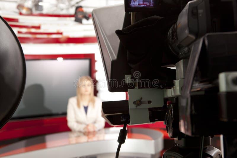 Un anchorwoman de la televisión en el estudio imagen de archivo libre de regalías
