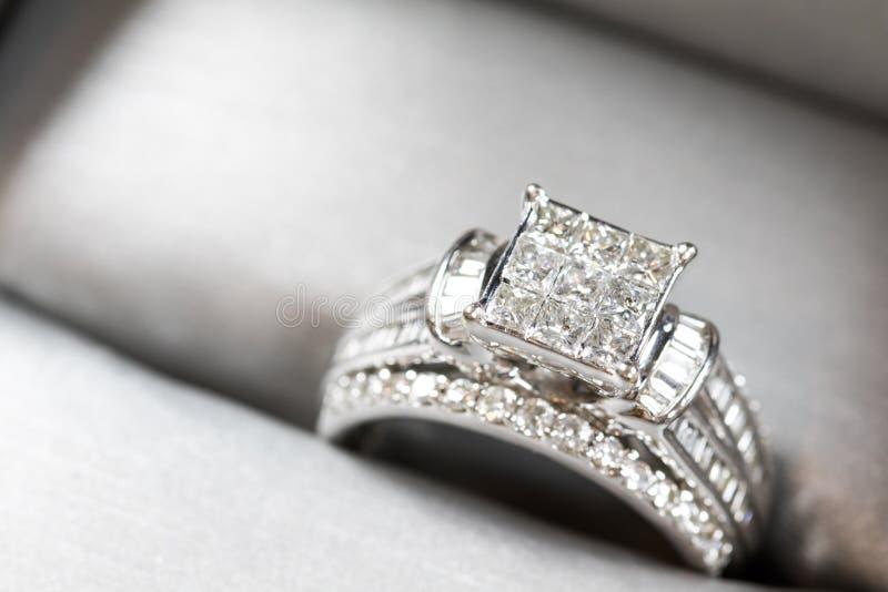 Un anello di fidanzamento del diamante in una scatola con riflesso/riflessione Diamanti principessa tagliati luccicanti fotografie stock