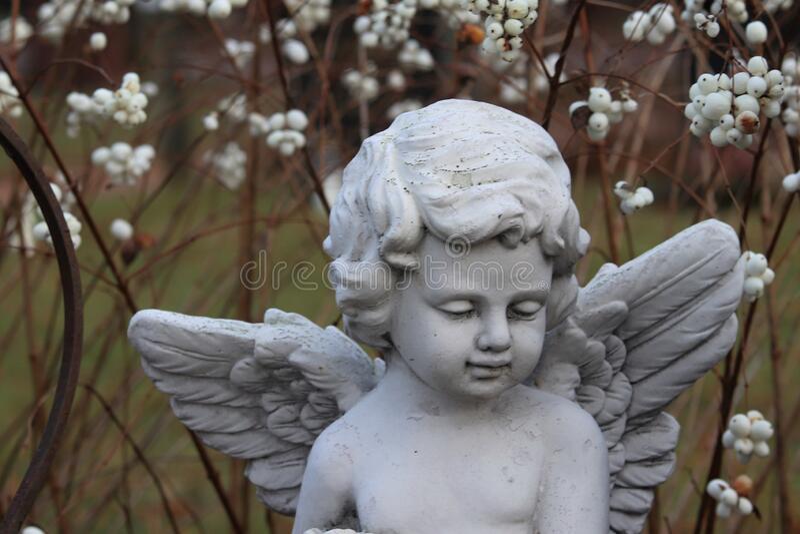 Un angelo decorativo su un cimitero fotografie stock