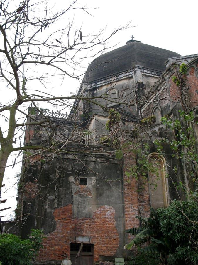 Un angolo antico della chiesa nel pomeriggio di inverno fotografia stock
