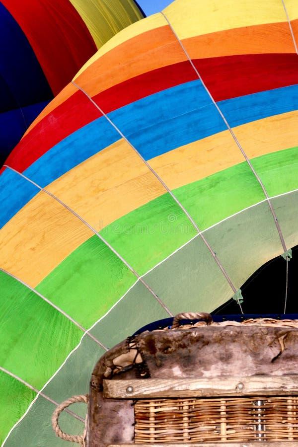 Un angolo astratto di una mongolfiera variopinta immagine stock