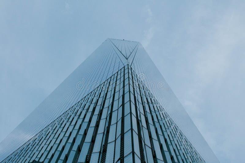 Un angolo basso sparato di una costruzione alta di affari del grattacielo in NYC fotografia stock
