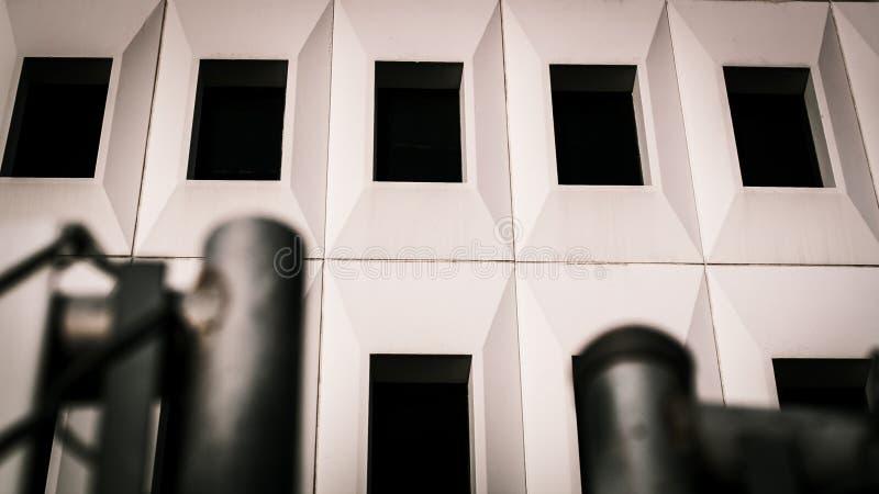 Un angolo della costruzione di abbronzatura contro il cielo fotografia stock libera da diritti