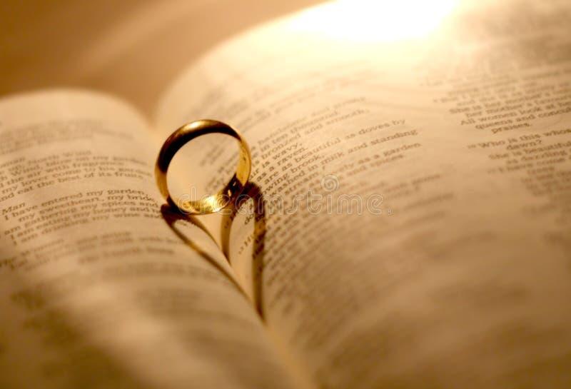 Un anillo de bodas en la biblia imagen de archivo libre de regalías