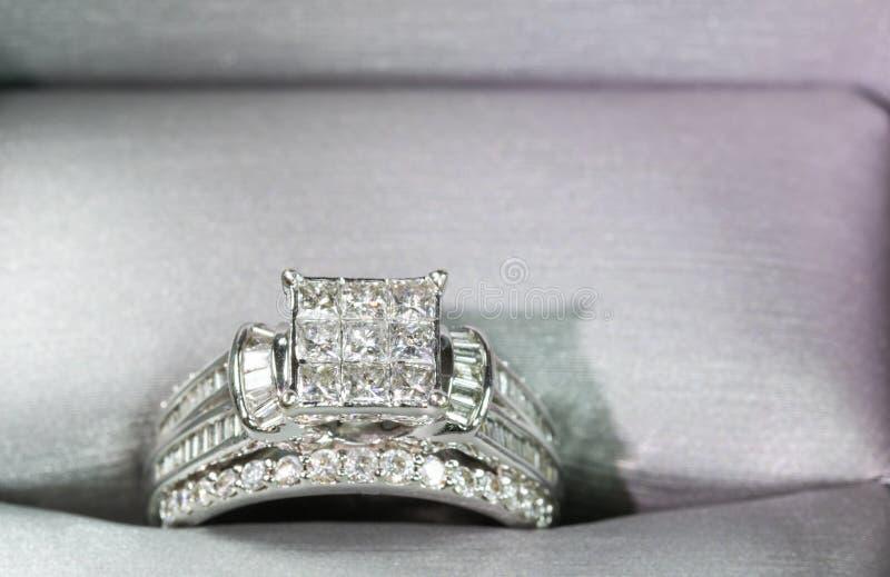 Un anillo de compromiso del diamante en una caja con destello/la reflexión Diamantes brillantes del princesa-corte imagen de archivo libre de regalías