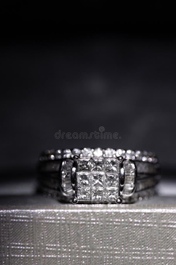 Un anillo de compromiso del diamante en una caja con destello/la reflexión Diamantes brillantes del princesa-corte fotos de archivo libres de regalías