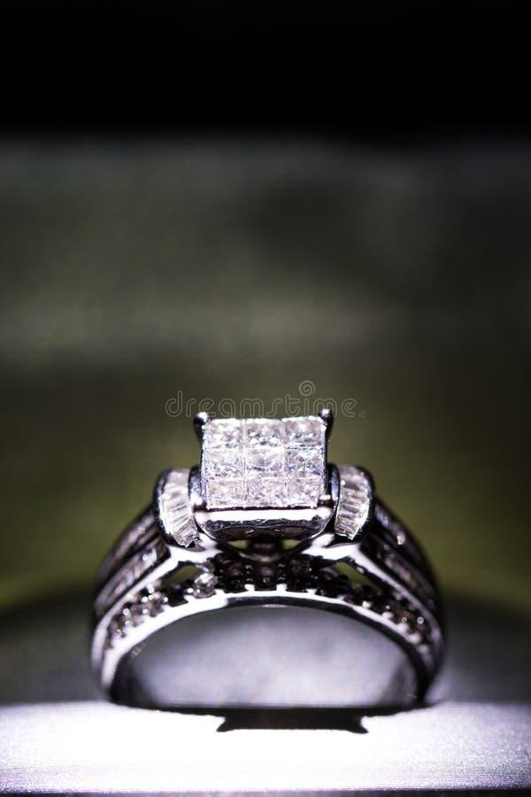 Un anillo de compromiso del diamante en una caja con destello/la reflexión Diamantes brillantes del princesa-corte fotografía de archivo libre de regalías