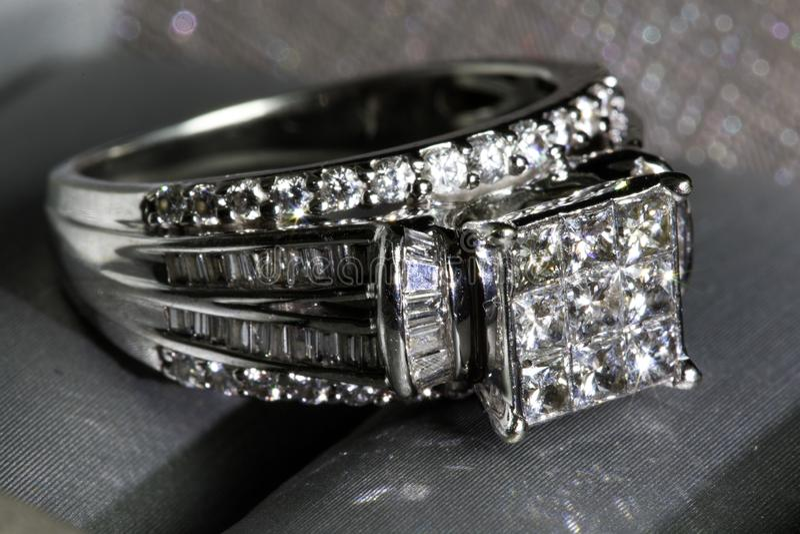 Un anillo de compromiso del diamante en una caja con destello/la reflexión Diamantes brillantes del princesa-corte fotografía de archivo