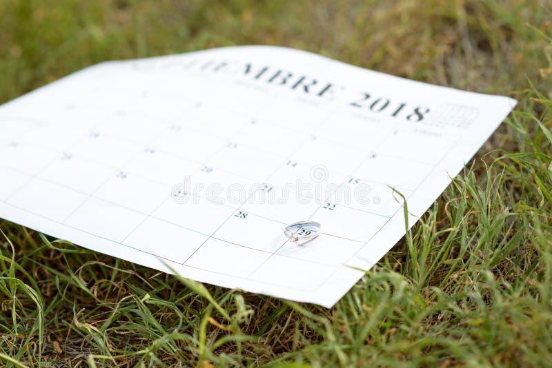 Un anillo la fecha de una boda imagenes de archivo