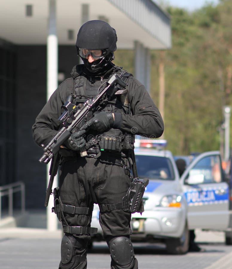 Un antiterrorista readyarmed protege el objeto foto de archivo libre de regalías