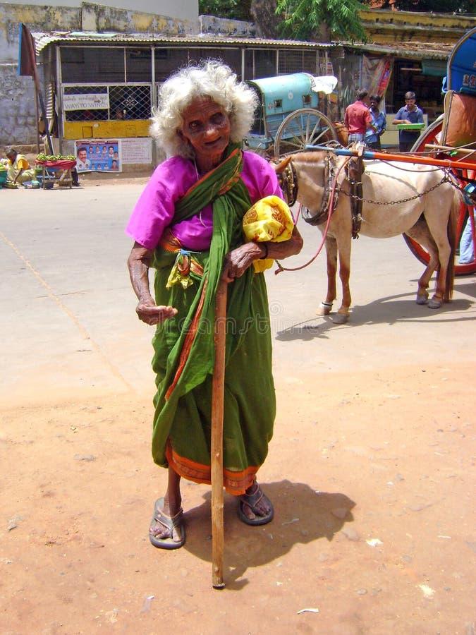 Un'anziana di supplica in India fotografie stock