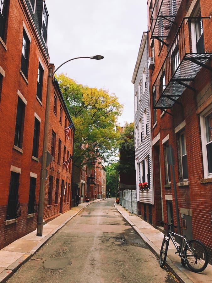 Un aparcamiento de la bici en el callejón de la calle del área del faro de Boston fotografía de archivo libre de regalías