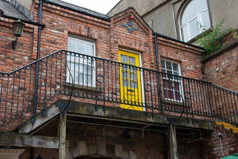 Un apartamento pintoresco de la casa de ciudad en la arquitectura georgiana del estilo abierta para el negocio en la ciudad Irlan imagen de archivo