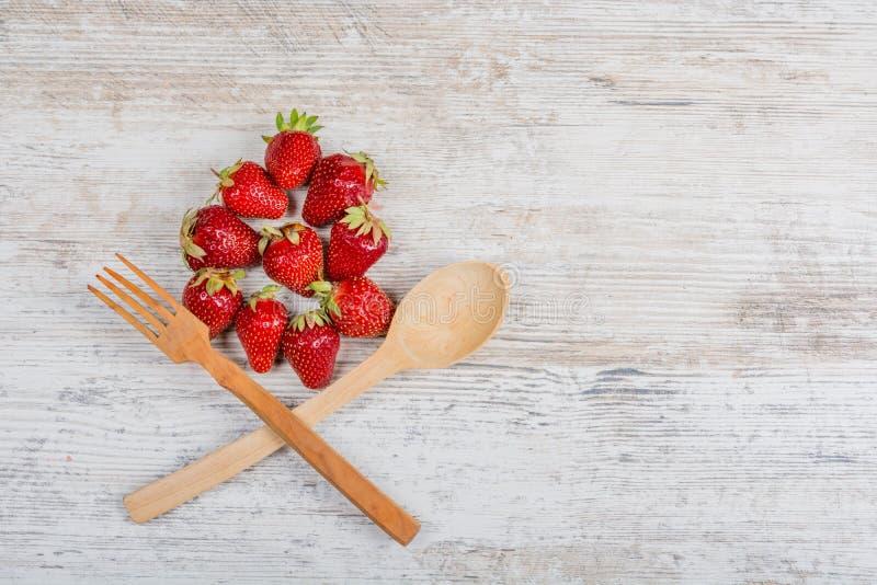 Un arc de nourriture rouge mûre fraîche de vitamine de strawberriesSummer Un bon nombre de fraises parfumées mûres fraîches et un images libres de droits