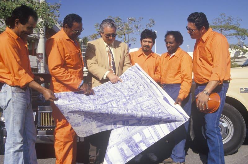 Un architecte observant les plans de construction photos stock