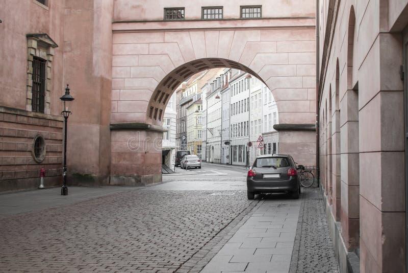 Un arco arquitectónico grande en una calle fotos de archivo