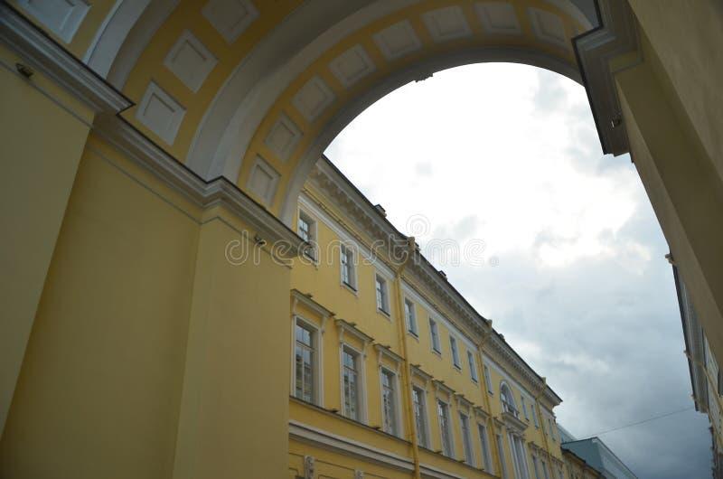 Un arco dell'eremo con il cielo grigio fotografia stock libera da diritti