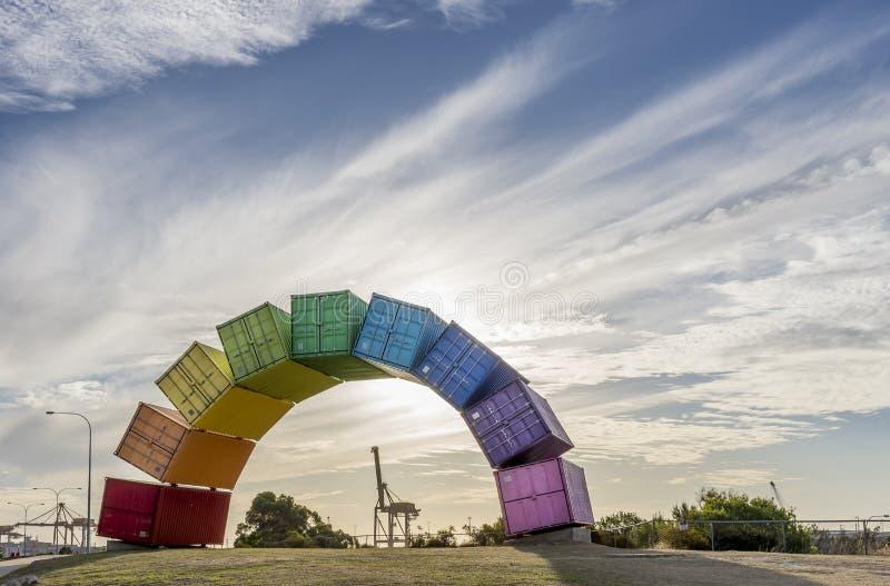 Un arco iris de los envases del mar contra una puesta del sol hermosa en Fremantle, Australia occidental foto de archivo