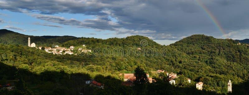 Un arco iris en el paisaje Imagen taked en la región de Piamonte Italia imagen de archivo