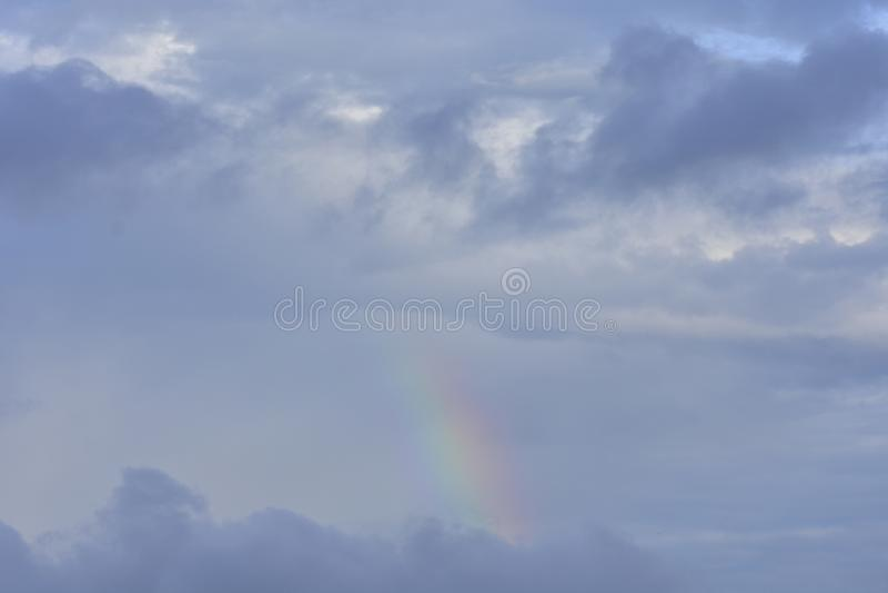 Un arco iris en las nubes fotos de archivo