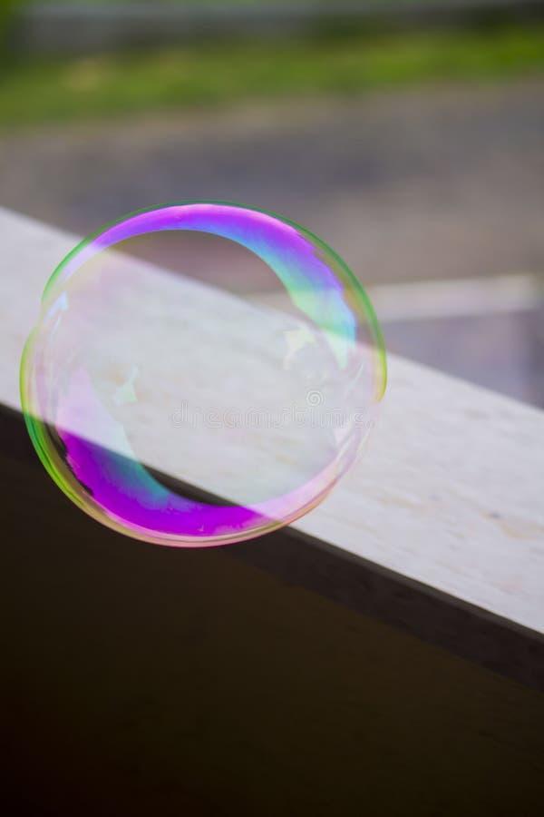 Un arco iris en una burbuja de jab?n imagen de archivo