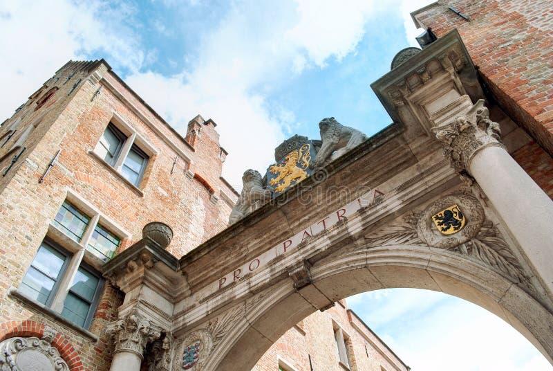 Un arco trionfale a Bruges, Belgio, dedicato alle vittime della prima guerra mondiale Stile neoclassico di architettura fotografia stock libera da diritti
