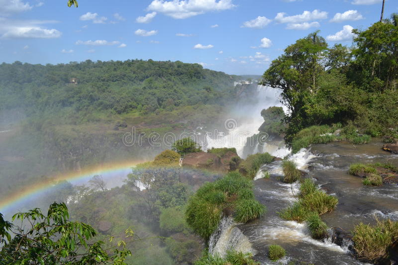 Un arcobaleno attraverso le cadute di Iguazú fotografie stock libere da diritti