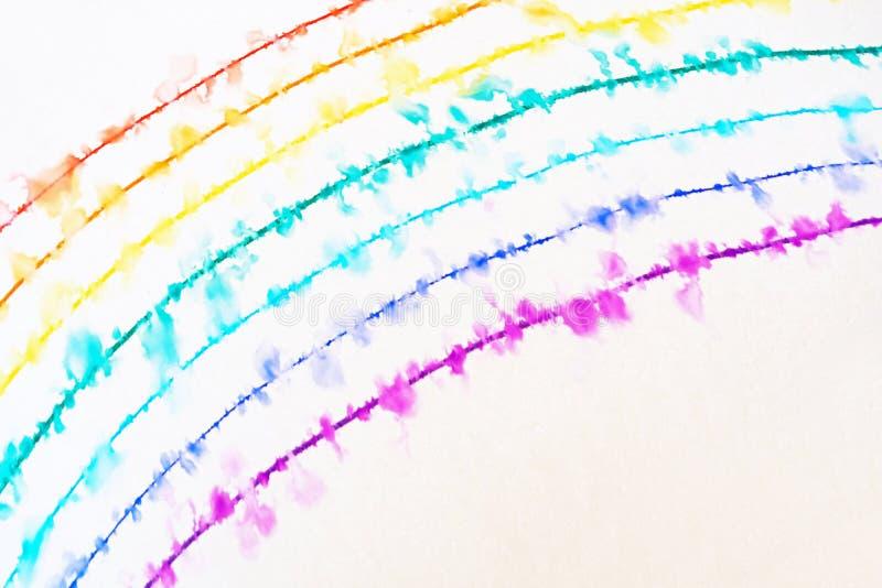 Un arcobaleno estratto con una penna sottile sta spargendosi nell'acqua fotografia stock