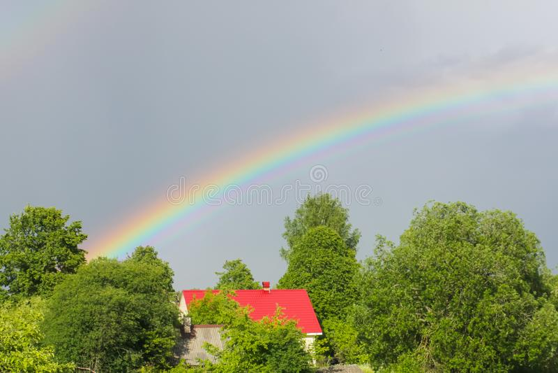 Un arcobaleno multicolore contro il cielo Doppio Rainbow Si del ` s di Dio immagini stock libere da diritti