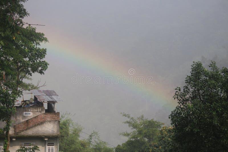 Un arcobaleno nel cielo fotografie stock