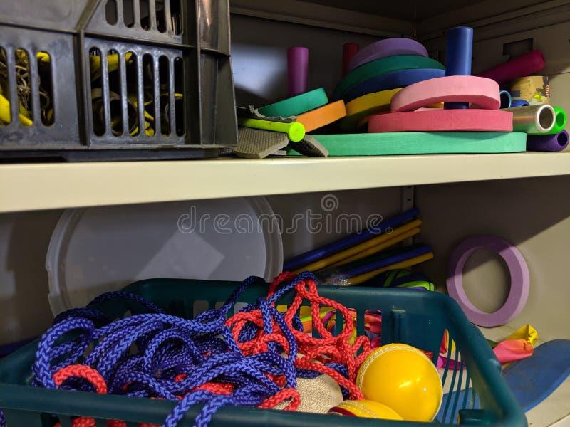 Un armario desorganizado sucio del almacenamiento de los juegos de la escuela fotografía de archivo