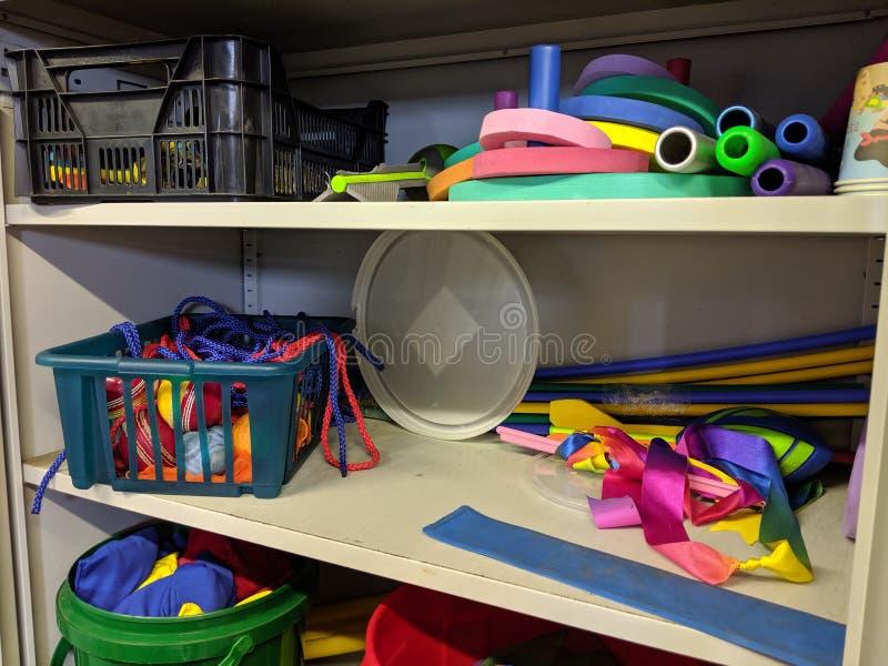 Un armario desorganizado sucio del almacenamiento imagen de archivo