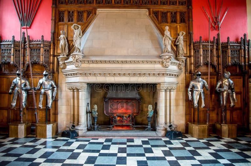 Un'armatura del cavaliere e del camino dentro di grande corridoio nel castello di Edimburgo immagini stock libere da diritti